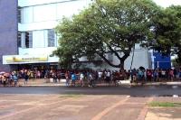 Passanten vor einer Banco do Brasil in der Stadt Macapá, Bundesstaat Amapá in Brasilien