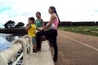 Brasilianerin geht mit zwei Kindern in Macapá spazieren