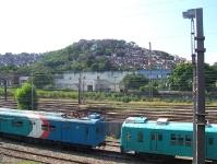 Nahverkehrszug und Favela in Rio de Janeiro