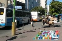 Taschenverkauf und Pappe-Sammler in Rio de Janeiro