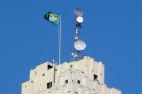 Satellitenschüsseln und Brasiliens Flagge auf einem Gebäude