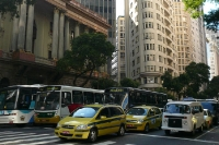 Taxen und Linienbusse im Stadtzentrum von Rio de Janeiro zur Rush Hour