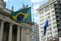 Brasiliens Flagge vor einem Verwaltungsgebäude in Rio de Janeiro