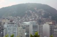 Blick auf die Hochhäuser Copacabanas und die Favelas von Rio de Janeiro