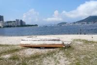 einsames Boot am Strand an der Bucht von Botafogo