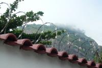 Stacheldraht-Rollen auf einem Zaun eines Grundstücks in Rio de Janeiro