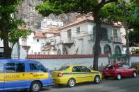 Fahrzeuge auf einer Straße im Stadtteil Urca / Leme in Rio de Janeiro