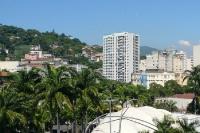 Viel Grün zwischen Hochhäusern und Wohnhäusern in Rio de Janeiro