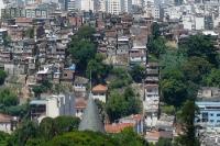 Blick auf eine typische Favela in Rio de Janeiro, Brasilien