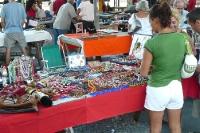 Brasilianerin an einem Marktstand in Rio de Janeiro