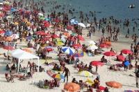 Dichtes Gedränge unter den Sonnenschirmen am Strand von Guaratiba in Brasilien