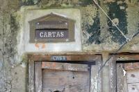 alter Briefkasten in einer Hauswand in Guaratiba, Brasilien