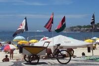 Flaggen von Flamengo, Fluminense, Vasco und Botafogo am Strand von Copacabana