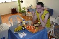 Brasilianisches Frühstück: Cornflakes, Mamão, Bananen - und die TV-News....