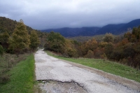 Bergstraße zum bulgarischen Dorf Golesovo im Slavjanka-Gebirge