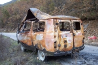 durch eine Explosion zerstörtes Fahrzeug am Straßenrand im bulgarischen Slavjanka-Gebirge