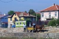 Arbeiter klopfen Steine am Bahnhof der bulgarischen Stadt Kjustendil