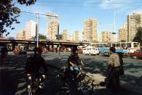 Straßenverkehr in einem Wohngebiet von Peking