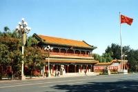 Tempel und chinesische Flagge in Peking