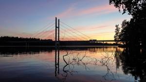 Autobahnbrücke im Abendlicht