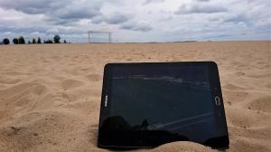 Fußball gucken auf dem Tablet am Strand