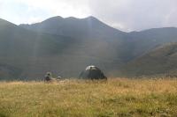 Wandern in den Bergen von Kazbegi / Georgien