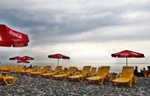 Liegestühle am Strand von Batumi