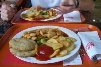 Mahlzeit in einem griechischen Fastfoodrestaurant in Athen