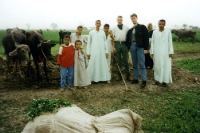 Gruppenfoto auf einem Feld am Nil