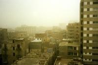 Sahara-Staub über den Wohnvierteln von Kairo