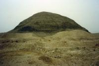 verwitterte Lehmziegel-Pyramide in Ägypten