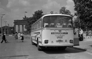 Französischer Reisebus am Brandenburger Tor