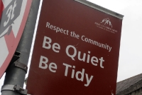 Respect the Community - be quiet, be tidy. Schild in der irischen Hauptstadt Dublin