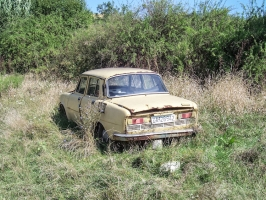 alter Skoda auf einer Wiese in Serbien
