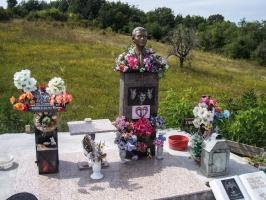 Grabstätte am Straßenrand in Serbien