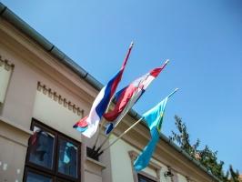 serbische und kroatische Flagge am Gemeindehaus