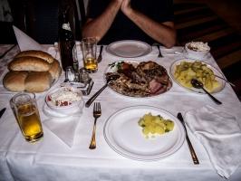 üppiges serbisches Essen mit viel Fleisch