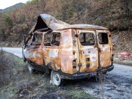 zerstörter Kleinbus am Straßenrand