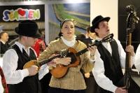 Musik und Tanz am Messestand von Serbien auf der ITB 2012