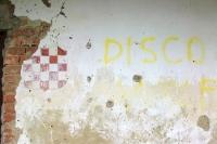 Hauswand in einem kroatischen Dorf im Norden des Landes
