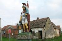 ein kroatischer Nationalheld mit Helm und Flagge in einem Dorf ...
