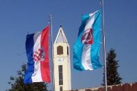 Flaggen Kroatiens und von Vukovar (Slawonien)