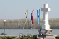 Gedenkkreuz am Fluss Vuka in Vukovar an der Grenze zu Serbien