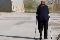 alte Frau am Wasserturm von Vukovar
