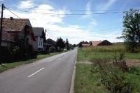 Landstraße in der kroatischen Stadt Krizevci