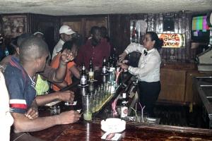 in einer Bar in Havanna