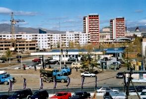 Fahrzeuge und Wohnblocks in Ulaanbaatar