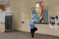 Ein Nordire passiert ein Absperrtor in Belfast