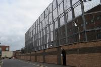meterhoher Zaun einer nordirischen Polizeistation in Belfast