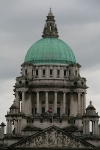 Rathaus von Belfast mit Union Jack britischer Fahne